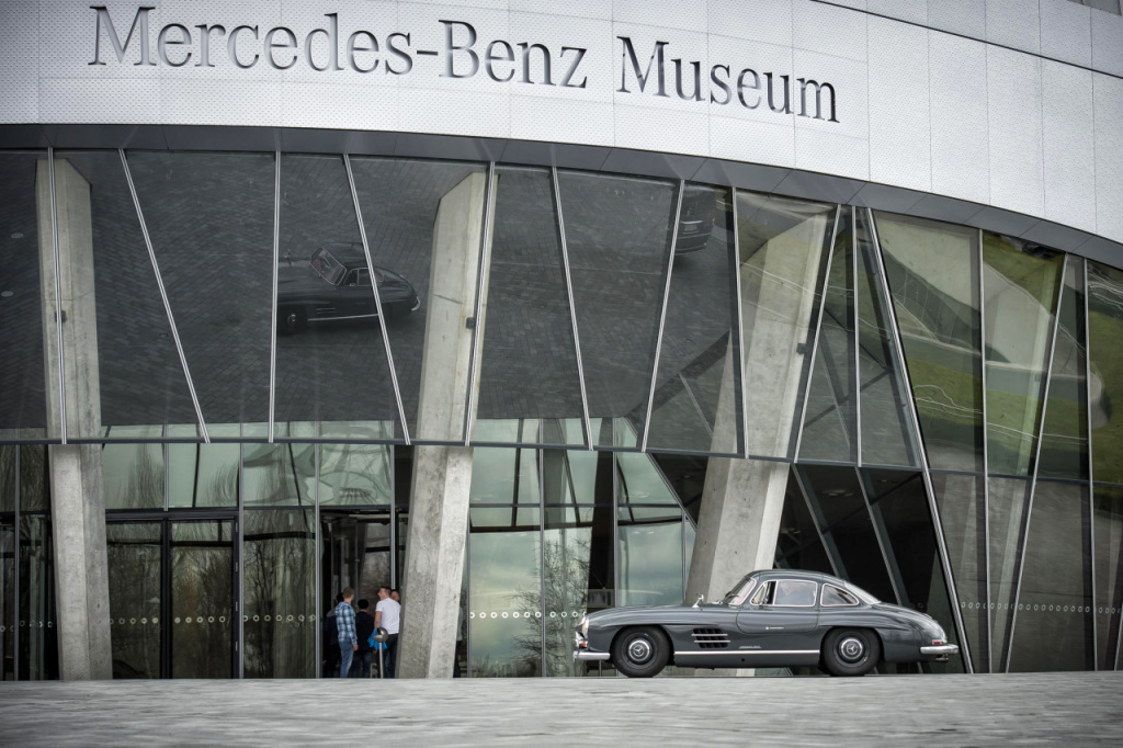 Foto Auto vor dem Mercedes-Benz Museum