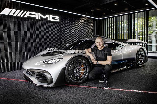 Foto Formel 1 Fahrer Valtteri Bottas informiert sich über den aktuellen Entwicklungsstand des Mercedes-AMG ONE.