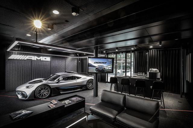 """Foto Im exklusiven Truck mit dem Schriftzug """"The Future of Driving Performance"""" präsentiert Mercedes-AMG unter dem Motto das Hypercar"""