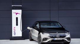 Der Mercedes-Benz EQS an der elektrischen Zapfsäule