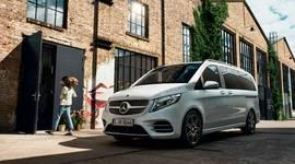 Mercedes-Benz V-Klasse vor Industriegebäude