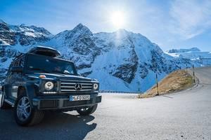 Ski- und Snowboard Athleten mit fünf SUV Legenden im tiefen Schnee