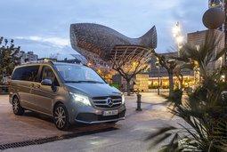 Mercedes-Benz V-Klasse vor modernem Gebäude