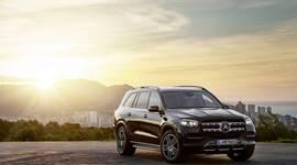 Mercedes-Benz GLS - Stadt im Sonnenuntergang