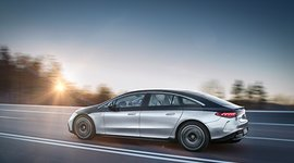 Seitenansicht des Mercedes-Benz EQS in Fahrt