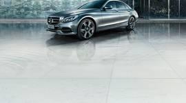 Mercedes-Benz auf spiegelndem Boden