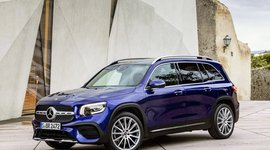 Mercedes-Benz GLB von der Seite in blau