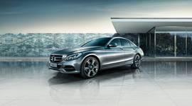 Mercedes-Benz C-Klasse Seitenansicht mit Gebäude