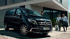 Mercedes-Benz V-Klasse vor Gebäude mit Personen